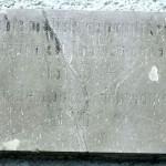 """Deska na staré budově školy s nápisem """"Nechte maličkých přijíti ke mně neb jejich jest království nebeské. Mat. 19.14."""""""